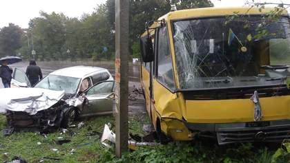 Жуткое ДТП возле Львова: легковушка врезалась в маршрутку, есть пострадавшие – фото, видео
