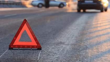 Смертельное ДТП в Киеве: автомобиль протаранил рекламную конструкцию – фото