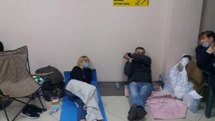 Сплять на підлогах, у туалет по черзі: як в Одесі члени комісії здають протоколи – фото, відео