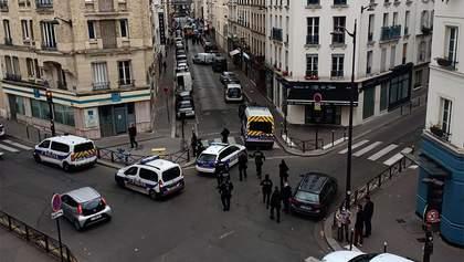 """С ножами и криками """"Аллах Акбар"""": в Париже мужчина пытался напасть на полицейских"""