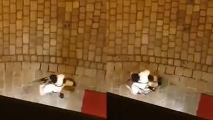 В руках – автомат: на видео попал преступник, который совершил нападение в Вене