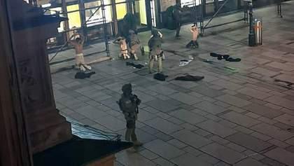 Австрийские СМИ показали кадры вероятного задержания 4 стрелков в Вене: видео