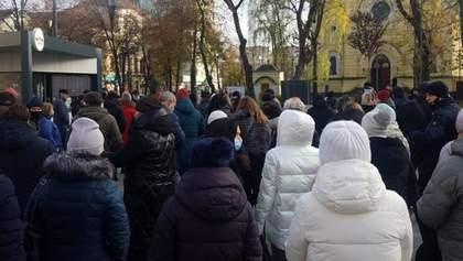 В Ровно люди вышли на протест из-за карантина выходного дня: фото, видео