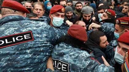 Протесты в Армении: активисты хотели прорваться в здание правительства – видео