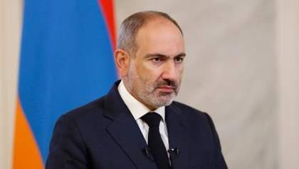 Премьера Армении Пашиняна забросали яйцами возле входа в парламент