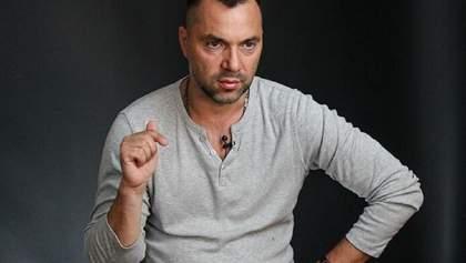 Арестович ответил Кривоносу на упрек о снайперах на минном поле