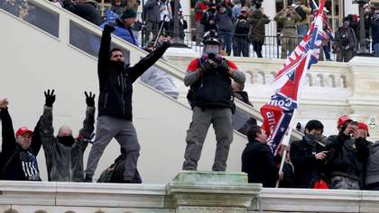 Сторонники Трампа напали на журналистов и разбили технику: видео