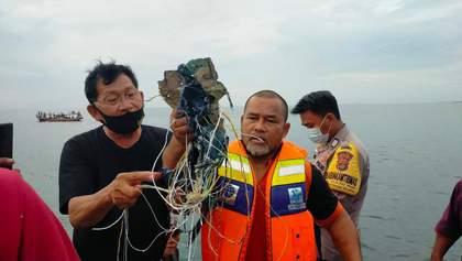 Пассажирский самолет Boeing 737-500 упал в море: найдены обломки и тела людей