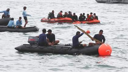 На місці катастрофи Boeing у Індонезії знайшли дитячу кофту: могла загинути ціла сім'я – фото