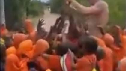 Хайпанути не удалось: россиянин раздавал шоколад бедным детям в Танзании