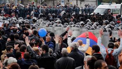 В Армении люди вышли на протест: они штурмовали здание правительства – фото, видео