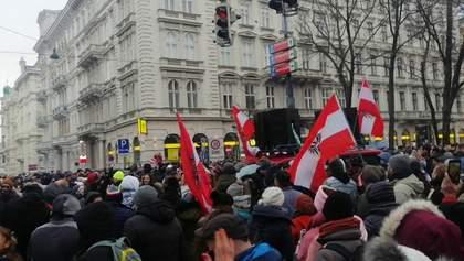 """""""Ни маске, ни дистанции, ни совести"""": в Австрии тысячи людей вышли на акции против карантина"""