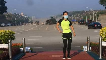 Початок військового перевороту в М'янмі потрапив на відео танців вчительки фізкультури