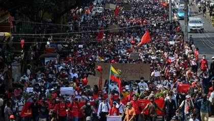 В Мьянме тысячи людей вышли на митинг против переворота: фото, видео