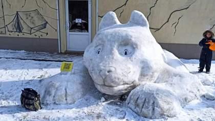 В Киеве на улице Янки Купалы появился гигантский снежный кот: фото