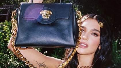 Дуа Ліпа похизувалася новою сумкою Versace за 45 тисяч гривень: фото