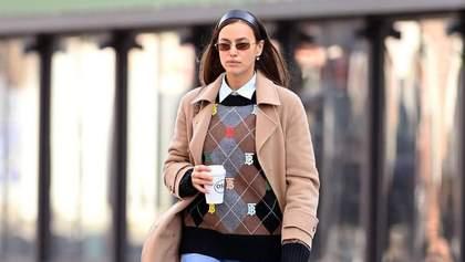 У джемпері Burberry і трендових джинсах: Ірина Шейк прогулялася ранковим Нью-Йорком