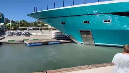 77-метрова яхта врізалася в причал: відео