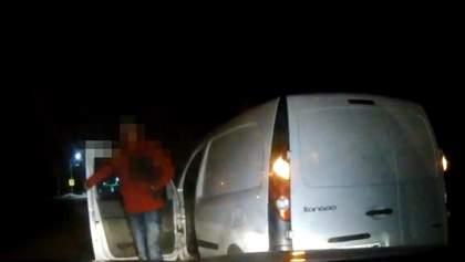 П'яний львів'янин напав на патрульних з лопатою: відео