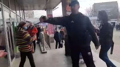 Прийшов без маски: чоловік розпорошив газ у супермаркеті Миколаєва – відео