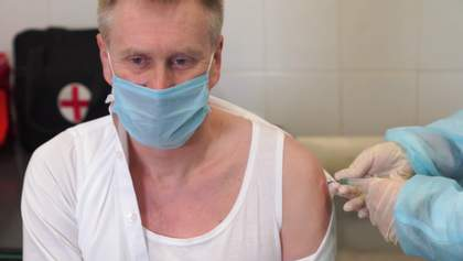 Глава НСЗУ вакцинировали от коронавируса остатками Covishield: видео