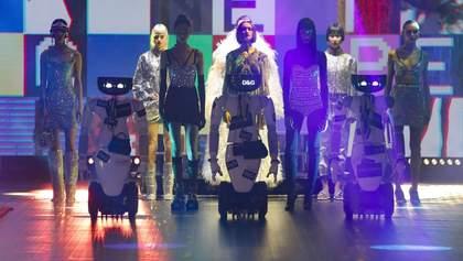 Роботи і моделі на подіумі: показ нової колекції Dolce & Gabbana осінь – зима 2021/2022