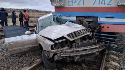 На Донеччині пасажирський потяг розтрощив Audi: водій загинув, а пасажира витягли військові