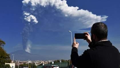 Столб пепла на 12 километров: в Италии снова произошло извержение вулкана Этна