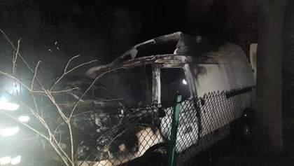 Во Львове посреди двора вспыхнули 2 машины: одна из них сгорела дотла – фото