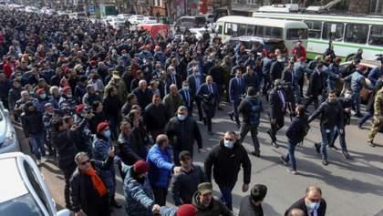 У Єревані – загострення протестів: люди заблокували вхід до парламенту – відео