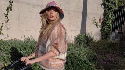Ельза Госк на прогулянку з дитиною одягає вінтажну панаму та штани Louis Vuitton: миле фото