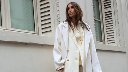 Молочные, черные и серые: какие пальто выбирают этой весной известные модницы