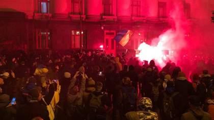 Запускали салюты и бросали файеры: под ОП состоялись протесты в поддержку Стерненко -фото, видео
