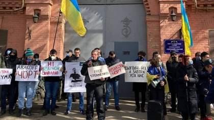 Праздник в неволе: в день рождения Стерненко его сторонники собрались под СИЗО Одессы