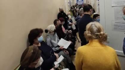Люди впритул один до одного: як окупанти роблять щеплення у Криму