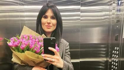 В клетчатом пальто с охапкой цветов: Маша Ефросинина поразила безупречным образом – фото