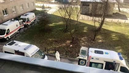 Під львівською лікарнею утворилась черга зі швидких з хворими на COVID-19: фото