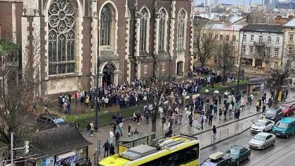 Тисячі вірян біля храмів: Садовий засудив велелюдне святкування Вербної неділі у Львові – фото