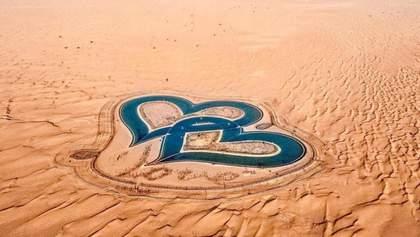 Озеро кохання у Дубаї: два величезних серця посеред пустелі, які переплелися – фото й відео