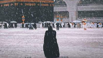 Вулицями плавають автомобілі: Саудівську Аравію заливають сильні дощі