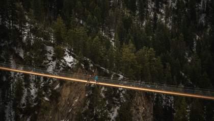 Вид ошеломляет: в горах Канады откроют подвесной мост на высоте 130 метров – видео
