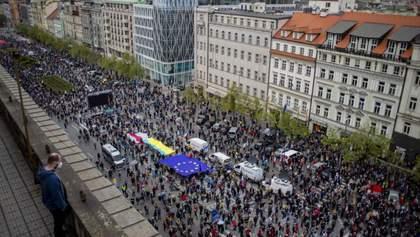 С несколькометровым флагом Украины: в Чехии состоялась масштабная антироссийская акция