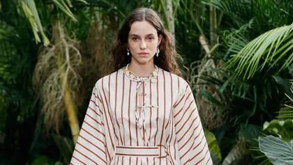 Найстильніші сукні в смужку весна – літо 2021: добірка модних виробів