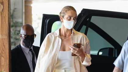 Розі Гантінгтон-Вайтлі показує, як цікаво одягатися у білі штани та сорочку: фото образу