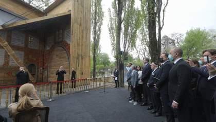 В Бабьем Яру открыли уникальную синагогу, напоминающую книгу