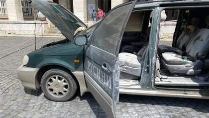 Возле Закарпатской ОГА водитель поджег свою машину: видео