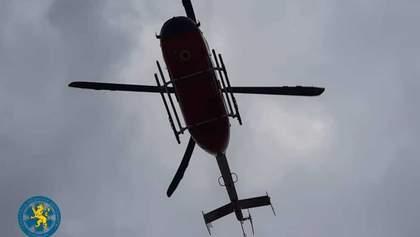Вертолет не помог: на Львовщине пациент умер в момент посадки вертолета – фото