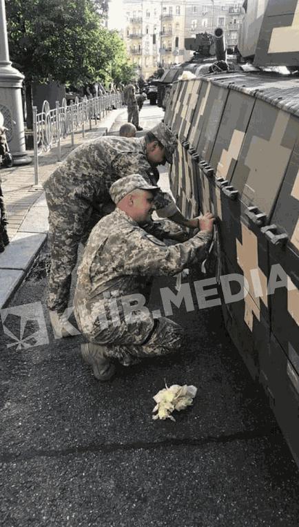 Солдати знімають скотч з танку