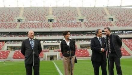 УЄФА зобов'язала Польщу замінити газон на усіх євроаренах
