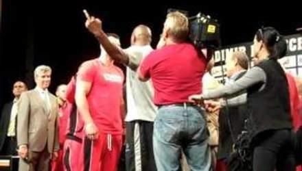 Томпсон показал средний палец